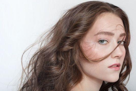 Silnie oczyszczający szampon do włosów – na co postawić?