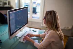 Czy można skutecznie chronić oczy pracując przy komputerze?
