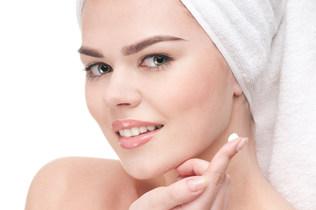 Tych 5 kosmetyków do twarzy powinnaś używać regularnie! Czy to robisz?