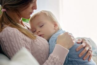 Dlaczego dziecko wymiotuje? Poznaj żołądkowo-jelitowe przyczyny wymiotów