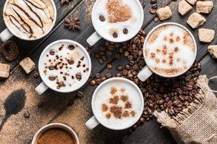 kubki z aromatyczną kawą
